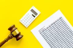 Verklaar faillissementsconcept Rechtershamer, financiële documenten, calculator op gele hoogste mening als achtergrond royalty-vrije stock foto