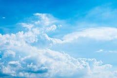 Verklarende blauwe hemel en witte wolken Stock Afbeelding