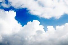 Verklarende blauwe hemel en witte wolken Verse blauwe hemel Stock Foto
