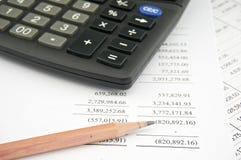 Verklaringen van inkomen met potlood en zwarte calculator Stock Afbeeldingen