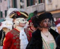 Verkleidete fällige venetianische Frau Lizenzfreie Stockbilder