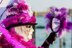 Verkleidete Frau am Karneval von Venedig Lizenzfreie Stockbilder