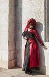 Verkleidete Frau mit einem Fan - Venedig-Karneval 2012 Stockfoto