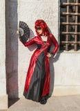 Verkleidete Frau mit einem Fan - Venedig-Karneval 2012 Stockfotografie