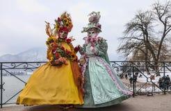 Verkleidete Paare in Annecy stockbilder