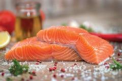 Verkleidung der Lachse Frisches und schönes Lachsfilet auf einem hölzernen lizenzfreie stockbilder