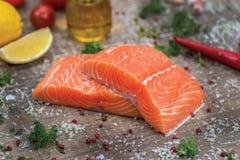 Verkleidung der Lachse Frisches und schönes Lachsfilet auf einem hölzernen stockbilder
