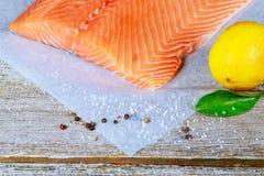 Verkleidung der Lachse Frisches und schönes Lachsfilet auf einem Holztisch lizenzfreies stockfoto