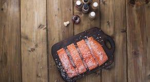Verkleidung der Lachse Frisches und schönes Lachsfilet auf einem Holztisch Köstliches Fischfleisch stockfotografie