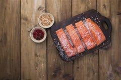 Verkleidung der Lachse Frisches und schönes Lachsfilet auf einem Holztisch Köstliches Fischfleisch lizenzfreies stockbild