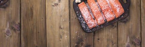Verkleidung der Lachse Frisches und schönes Lachsfilet auf einem Holztisch Köstliches Fischfleisch fahne lizenzfreie stockfotografie
