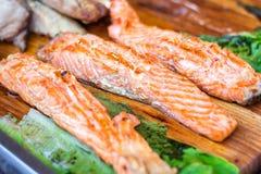 Verkleidung der Lachse Frisches und schönes Lachsfilet auf einem Holztisch Köstliches Fischfleisch Gegrillte Lachse auf hölzernem stockbild