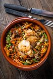 Verkleidung des gebratenen Huhns mit Gemüse lizenzfreie stockfotografie