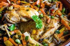 Verkleidung des gebratenen Huhns mit Gemüse stockbilder