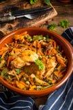 Verkleidung des gebratenen Huhns mit Gemüse stockfotografie