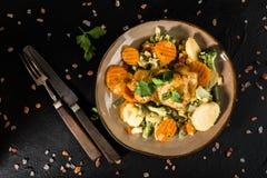 Verkleidung des gebratenen Huhns mit Gemüse stockfotos