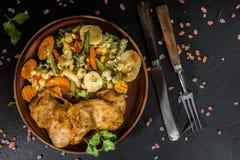 Verkleidung des gebratenen Huhns mit Gemüse stockfoto