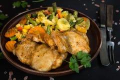 Verkleidung des gebratenen Huhns mit Gemüse lizenzfreies stockfoto
