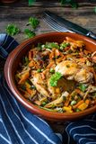 Verkleidung des gebratenen Huhns mit Gemüse lizenzfreie stockfotos