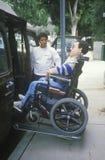 Verklemmter junger Mann des Rollstuhls stockfoto