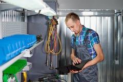 Verklig arbetare för auto mekaniker i garage Automatiskservice och diagnostik royaltyfria foton