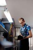 Verklig arbetare för auto mekaniker i garage Automatiskservice och diagnostik arkivbild