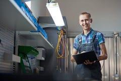 Verklig arbetare för auto mekaniker i garage Automatiskservice och diagnostik royaltyfri fotografi