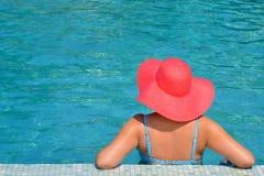 Verklig kvinnlig skönhet som kopplar av i simbassäng Arkivfoto