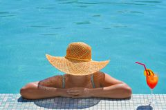 Verklig kvinnlig skönhet som kopplar av i simbassäng Royaltyfri Foto
