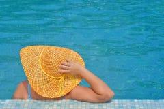 Verklig kvinnlig skönhet som kopplar av i simbassäng Fotografering för Bildbyråer