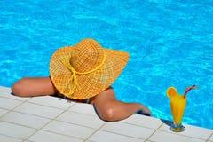 Verklig kvinnlig skönhet som kopplar av på simbassängen Royaltyfria Foton