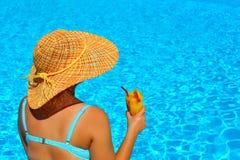 Verklig kvinnlig skönhet som kopplar av på simbassängen Royaltyfri Fotografi