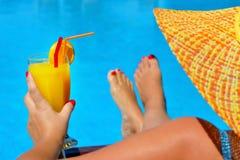 Verklig kvinnlig skönhet som kopplar av på simbassängen Arkivfoton