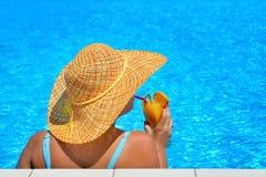 Verklig kvinnlig skönhet som kopplar av på simbassängen Royaltyfri Bild
