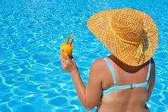 Verklig kvinnlig skönhet som kopplar av på simbassängen Royaltyfria Bilder