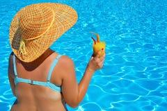 Verklig kvinnlig skönhet som kopplar av på simbassängen Royaltyfri Foto