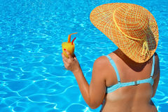 Verklig kvinnlig skönhet som kopplar av på simbassängen Arkivbild