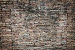 Verklig medeltida yttersida för tegelstenväggen kan använda som bakgrundsmodell eller textur med verkligt ljus på den gamla stade Royaltyfria Bilder