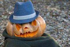 Verklig orange halloween pumpa med att snida arkivbild