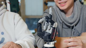 Verklig robotic arm Socialt medelbegrepp stock video