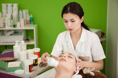 Verklig skönhetterapeut Making Spa Treatment för kunden arkivbild