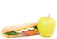 Verklig smörgås med den rökte laxen, ägg och det gröna äpplet på en vitbakgrund. Royaltyfria Foton
