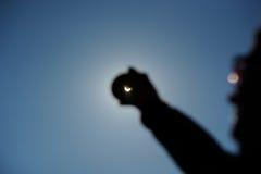 Verklig sol- förmörkelse som ses till och med rökt exponeringsglas Royaltyfria Foton