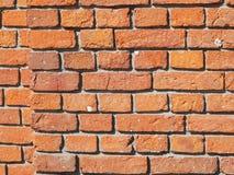 Verklig vägg av röda och orange tegelstenar arkivfoton