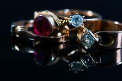 Verkliga guld- smycken med verkliga diamanter på skinande yttersida Royaltyfri Bild