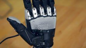 Verkliga innovativa bioniska armflyttningfingrar Robotic cybernetic göra en gest för man arkivfilmer