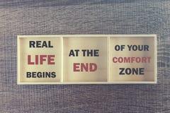 Verkliga livet börjar på slutet av din komfortzon Inspirerande citationstecken Royaltyfria Foton