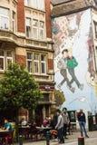 Verkliga livet och komiker tillsammans i Bryssel gator Arkivfoton