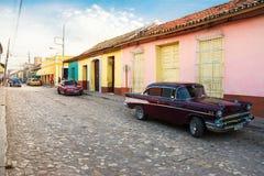 Verkliga livet på en gata av Trinidad i eftermiddagen med folk a Arkivfoton