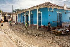 Verkliga livet på en gata av Trinidad i morgonen Royaltyfri Foto
